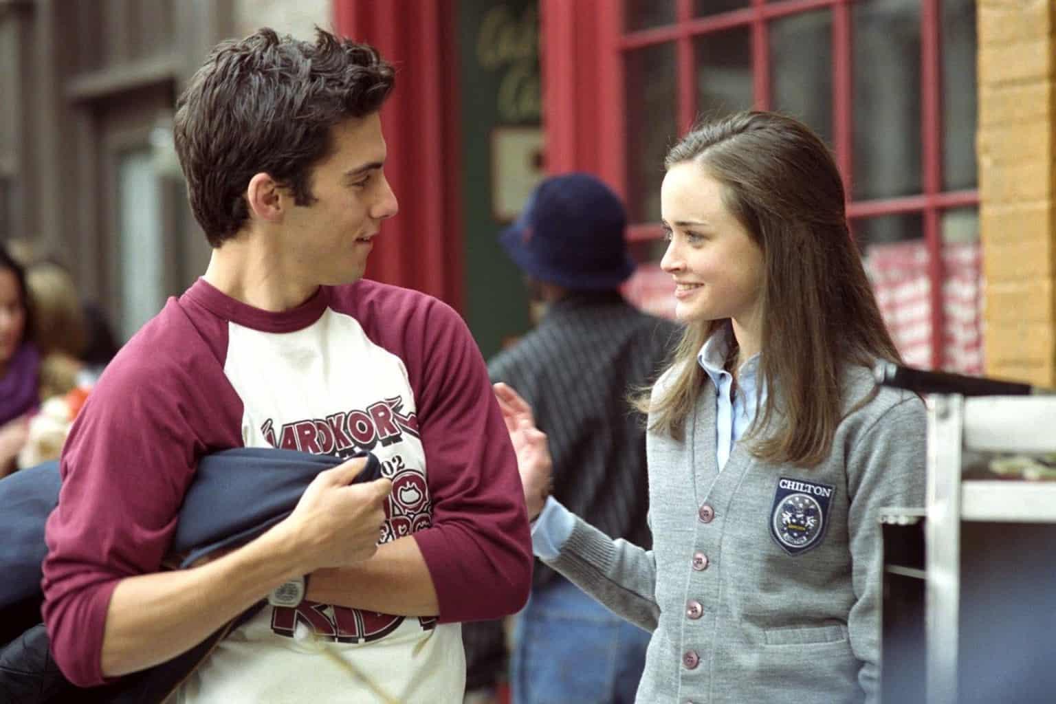 Rory e Jess si guardano sorridendo e camminano per le strade di New York. Tratto da un episodio della seconda stagione, uno dei migliori delle Gilmore Girls.