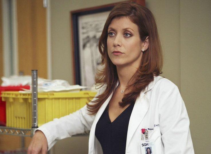 Kate Walsh nei panni di Addison Montgomery. È appoggiata ad un carrello dell'ospedale, indossa il camice e guarda dritto davanti a se.
